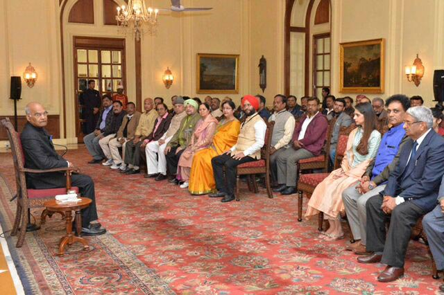 convenor-honorable-deepak-singh-with--the-members-of-nri-welfare-society-in-rashtrapati-bhavan.jpg